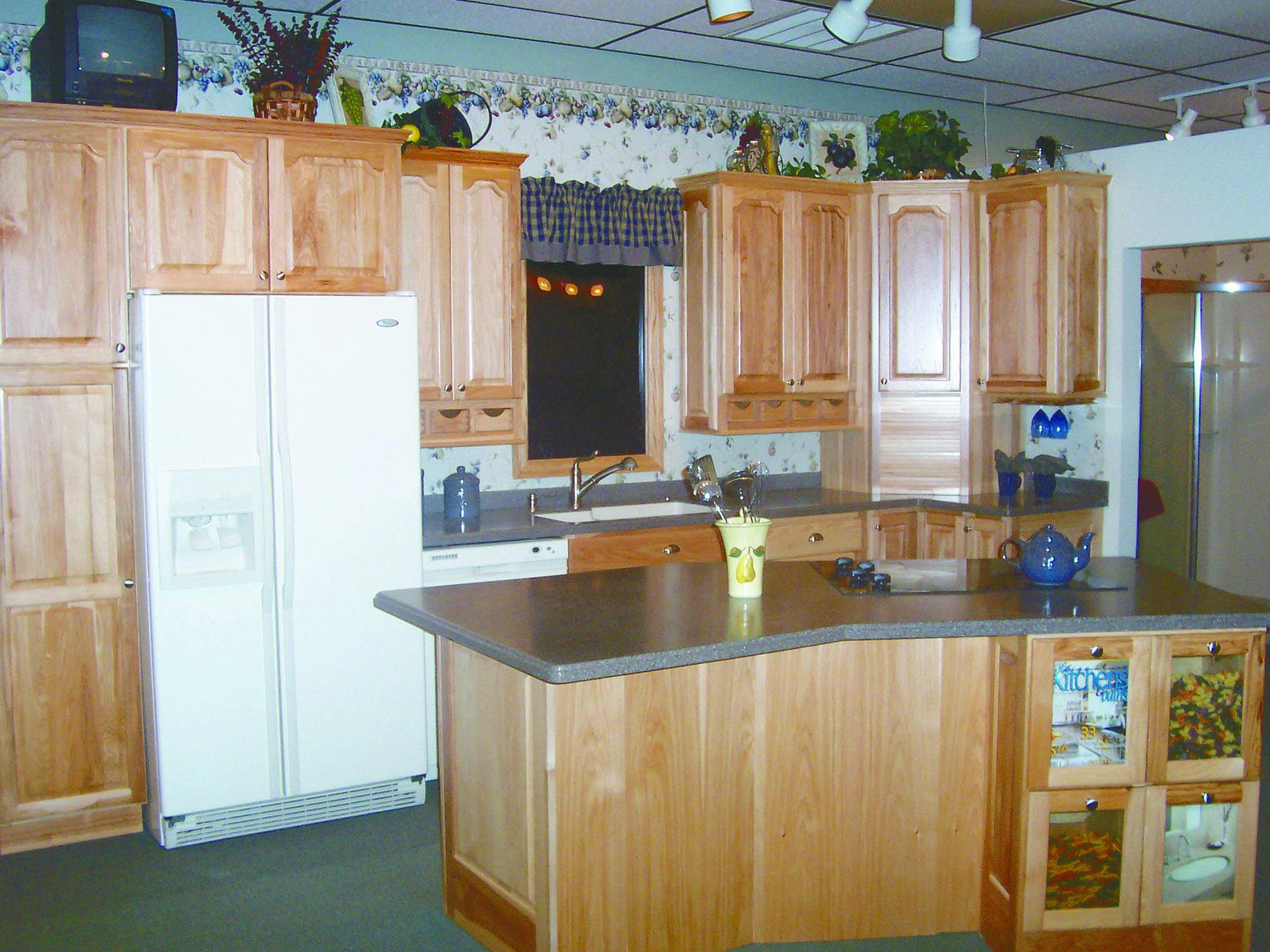 Bertch cabinet manufacturing waterloo iowa for Birch kitchen cabinets pros and cons